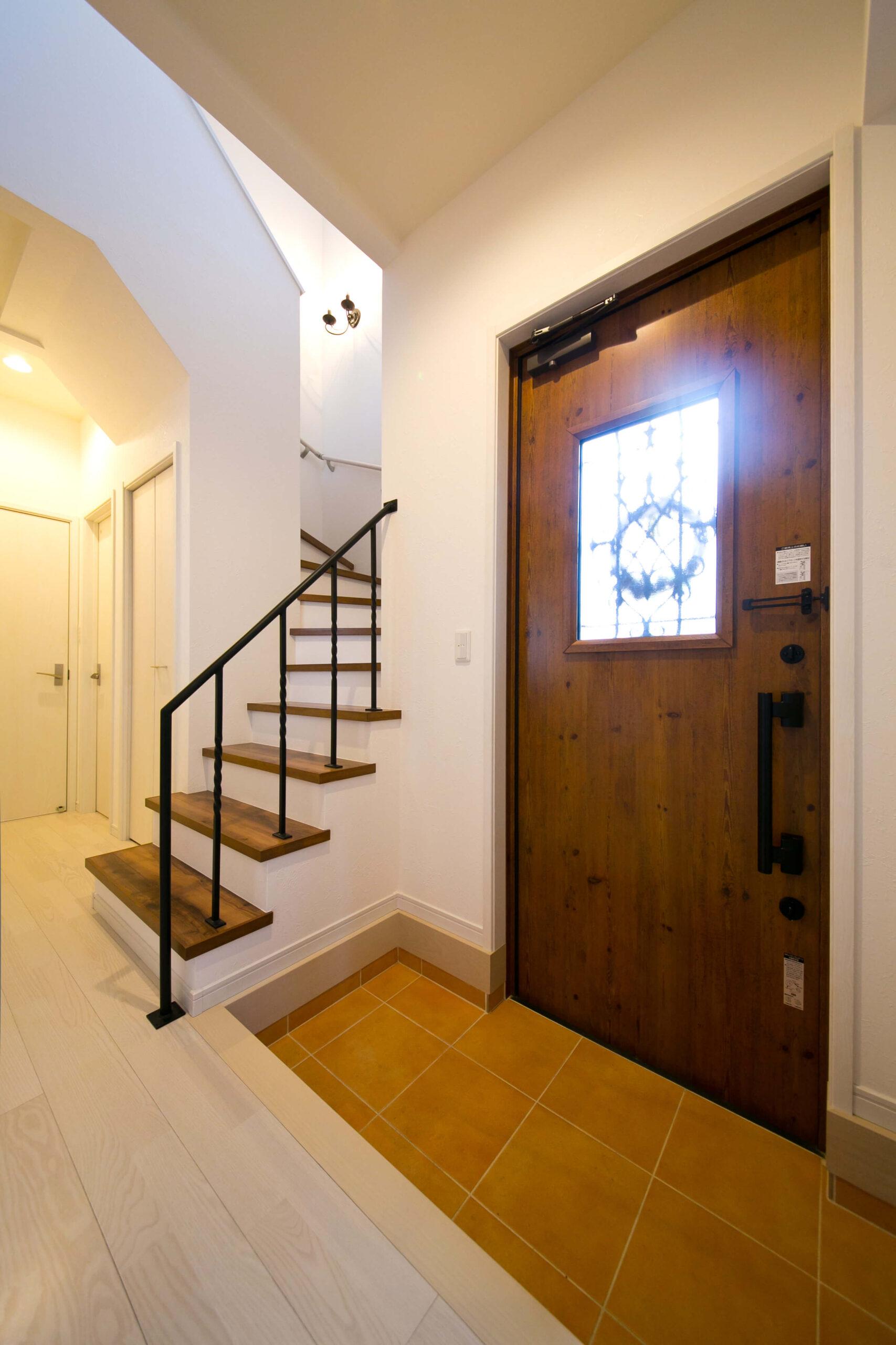 塗り壁のフレンチスタイルのかわいい家の玄関