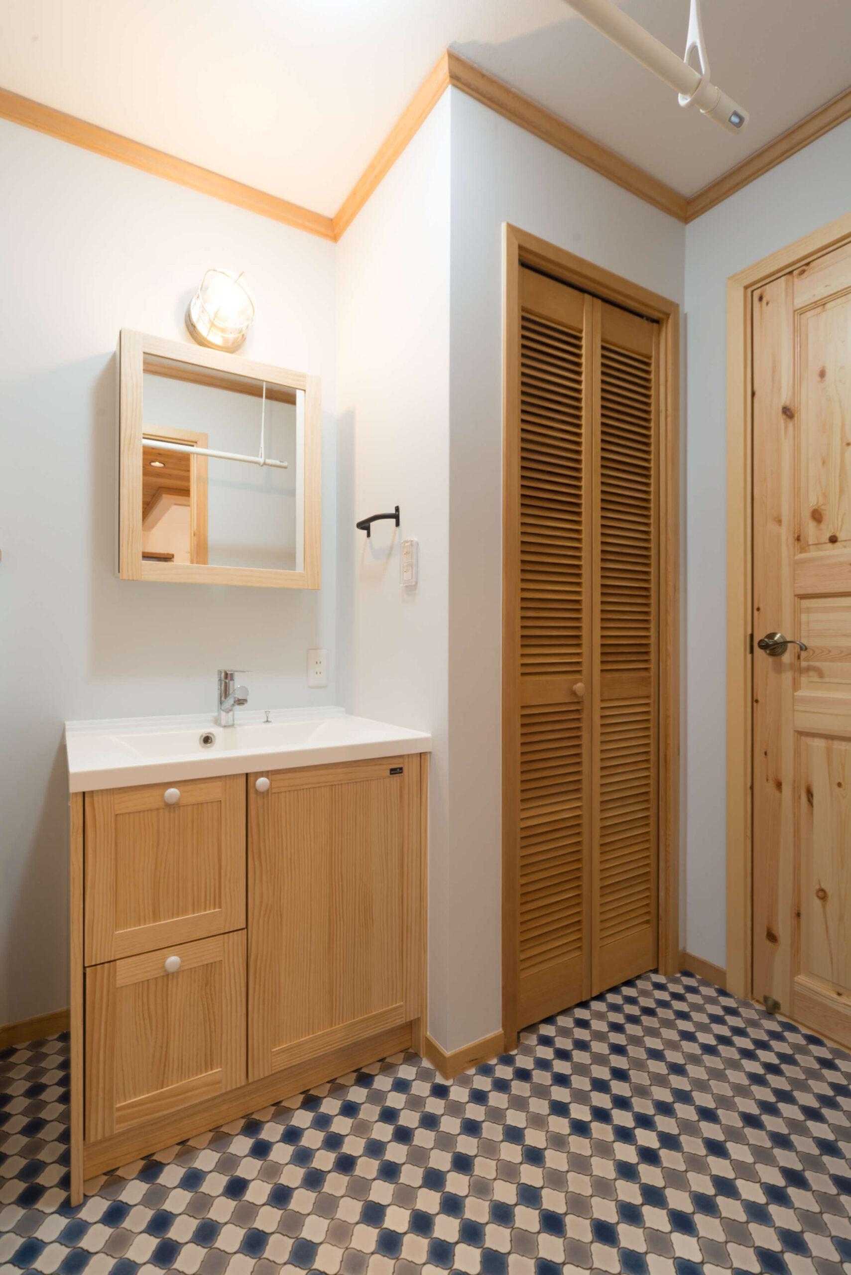 カリフォルニアスタイルの注文住宅の独立洗面台