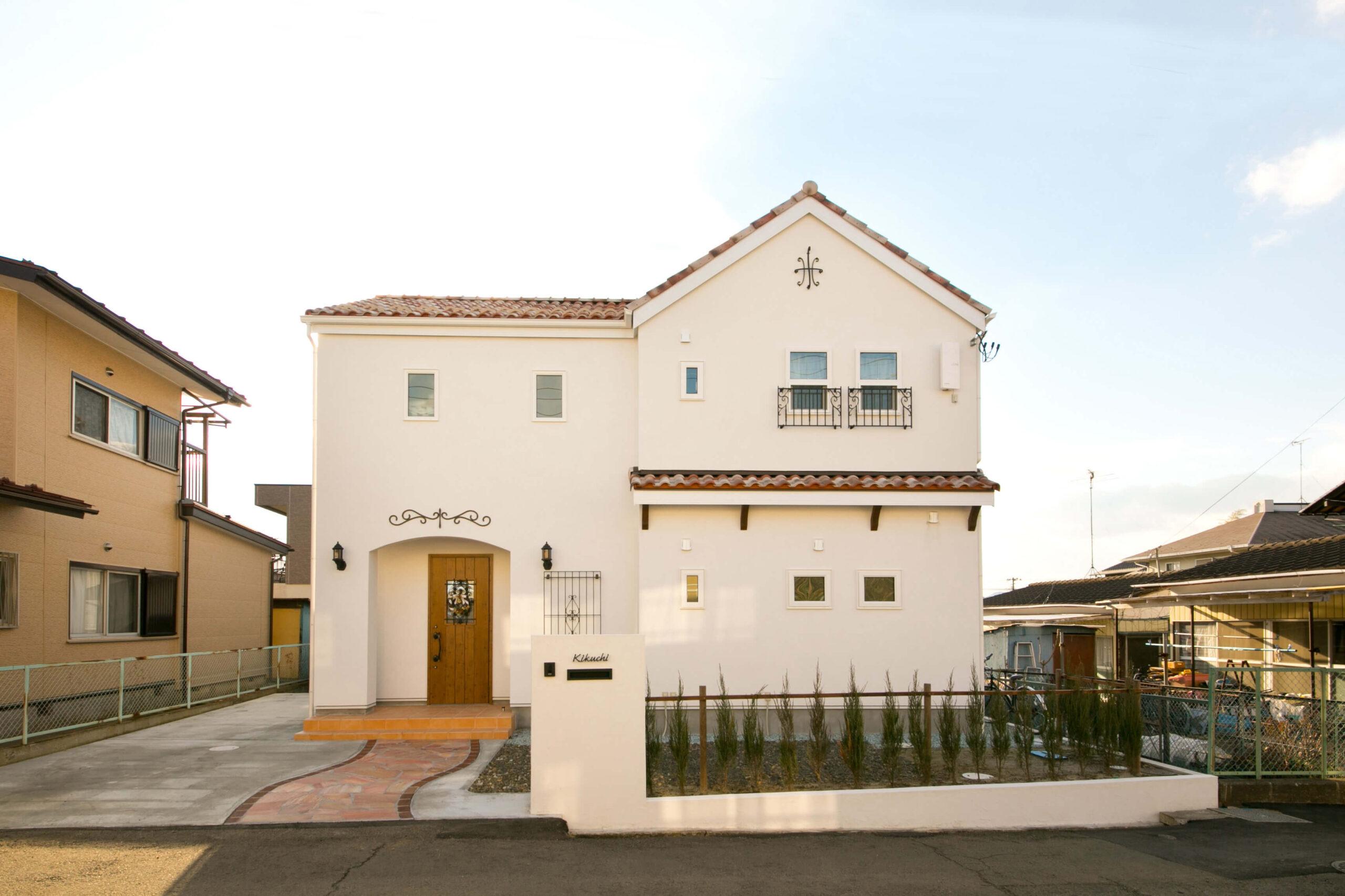 塗り壁のフレンチスタイルのかわいい家
